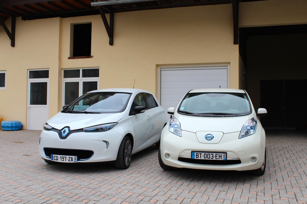 renault zoe and nissan leaf side to side in front of the garage clean car journal. Black Bedroom Furniture Sets. Home Design Ideas